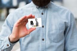 Diseñadora de diseño tarjeta de visita y logo para branding de identidad visual